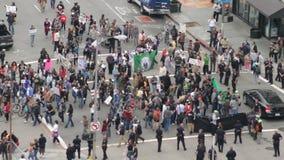 Uppta folkmassan hänger ut