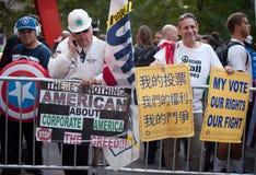 Uppta Wall Street personer som protesterar delar deras missnöjen Arkivbild