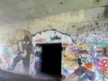 Uppta Wall Street themed grafitti bland andra etiketter på batteriet Steele Royaltyfri Fotografi