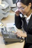 upptagen affärskvinna royaltyfri fotografi