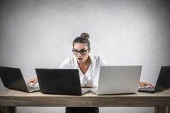 upptagen affärskvinna Arkivfoto