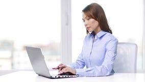 Upptagen affärskvinna med bärbara datorn i regeringsställning stock video
