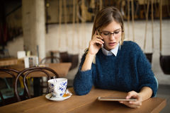 Upptagen affärskvinna som dricker kaffe Arkivfoto