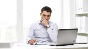 Upptagen affärsman med bärbara datorn och legitimationshandlingar i regeringsställning stock video