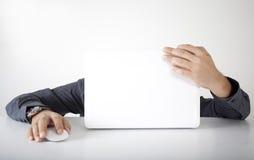 Upptagen affärsman med datoren Arkivbild