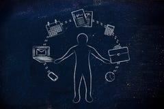 Upptagen affärsman som jonglerar med kontorsobjekt arkivfoto