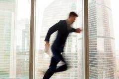 Upptagen affärsman som skynda sig upp och att få sent, stadssikt, rörelse bl royaltyfria foton
