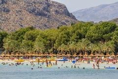 Upptagen Alcudia strand i sommar Royaltyfria Bilder