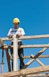 upptagen arbetare för konstruktionsformworkförberedelse Arkivbild