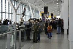 Upptagen avvikelseport på den Heathrow flygplatsen royaltyfria bilder