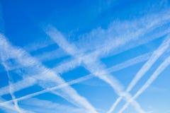 Upptagen blå sky för flygplan Royaltyfri Foto