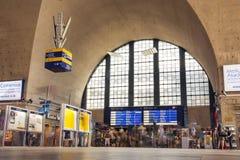 Upptagen dag på Karlsruhe Hauptbahnhof Timelapse folk som rusar Thro Arkivfoton