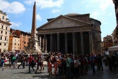 Upptagen dag på panteon i Rome Fotografering för Bildbyråer