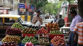 Upptagen daglig plats för gatamarknad, Mumbai, Maharashtra, Indien lager videofilmer
