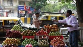 Upptagen daglig plats för gatamarknad, Mumbai, Maharashtra, Indien stock video