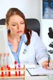 upptagen doktorskvinnlig henne medicinsk kontorsworking fotografering för bildbyråer