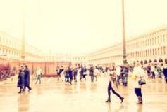 Upptagen europeisk stadsgata Arkivfoton
