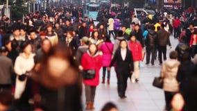 Upptagen folkmassatrafik på den Nanjing vägen, Shanghai Tid schackningsperiod arkivfilmer