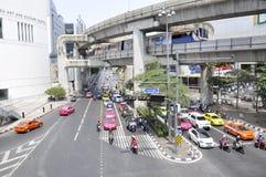 Upptagen gata av Bangkok, Thailand Royaltyfria Foton
