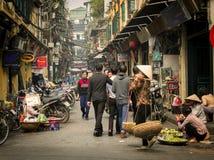 Upptagen gata, gammal fjärdedel, Hanoi, Vietnam Royaltyfri Bild