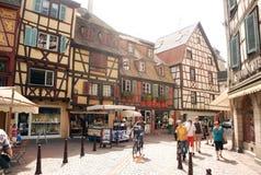 Upptagen gata i Colmar, Alsace landskap Royaltyfri Fotografi