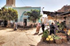 Upptagen gata i Esna, Egypten arkivfoto