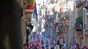 Upptagen gata i gammal stad av Barcelona, Spanien stock video