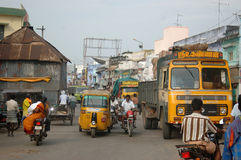 Upptagen gata i Indien royaltyfri bild