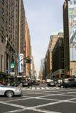 Upptagen gata i midtownen Manhattan Royaltyfria Foton