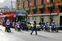 Upptagen gata i Palermo Arkivfoton