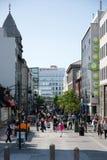 Upptagen gata i Reykjavik på en solig dag Arkivbild