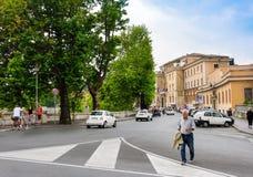 Upptagen gata i Rome, Italien Arkivfoto