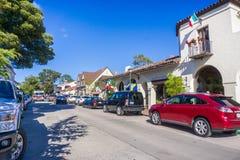 Upptagen gata i i stadens centrum Carmel, Monterey halvö, Kalifornien Royaltyfri Bild