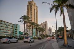 Upptagen gata i Sunny Isles Beach, Florida Royaltyfri Bild