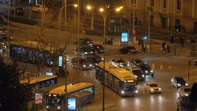 Upptagen gata med biltrafik i natten Madrid, Spanien stock video