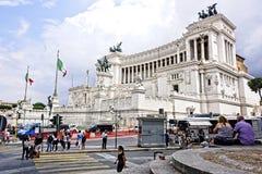 Upptagen gata med folk i Rome Royaltyfri Foto