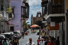 Upptagen gata och Santo Cristo Chapel i gamla San Juan, Puerto Rico royaltyfri fotografi
