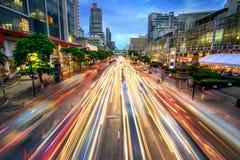 Upptagen gata på skymning som är full av ljusa strimmor för bil Royaltyfria Bilder