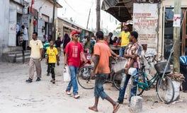 Upptagen gata på zanzibar, Tanzania, folk som går, marknadsplats, Arkivbilder