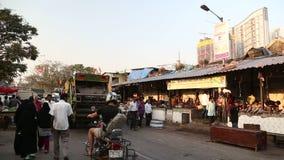 Upptagen gata vid en lokal marknad i Mumbai stock video