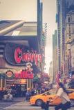 Upptagen genomskärning på hörnet av den 8th avenyn och den västra 42nd gatan nära Times Square i Manhattan Arkivbild