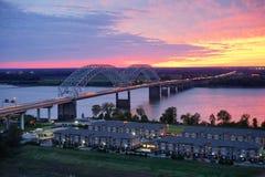 Upptagen huvudväg över Mississippi River royaltyfri fotografi