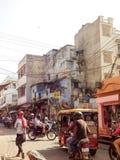 Upptagen indisk gata med gångare, tuktuks och motorcyklar Royaltyfria Bilder