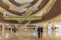 Upptagen interriorshoppinggalleria i Guangzhou Kina; modern köpcentrumkorridor; lagra mitten; shoppa fönstret Arkivfoto