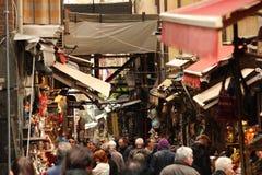 Upptagen italiensk gata Royaltyfri Fotografi