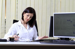 upptagen kontorskvinna Arkivfoto
