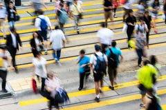 Upptagen korsning gata i Hong Kong Royaltyfri Bild