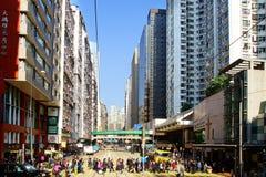 Upptagen korsning gata i Hong Kong. Royaltyfri Fotografi