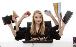 Upptagen kvinna på hennes skrivbord Royaltyfri Foto