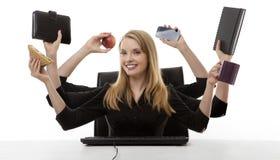 Upptagen kvinna på hennes skrivbord royaltyfri fotografi